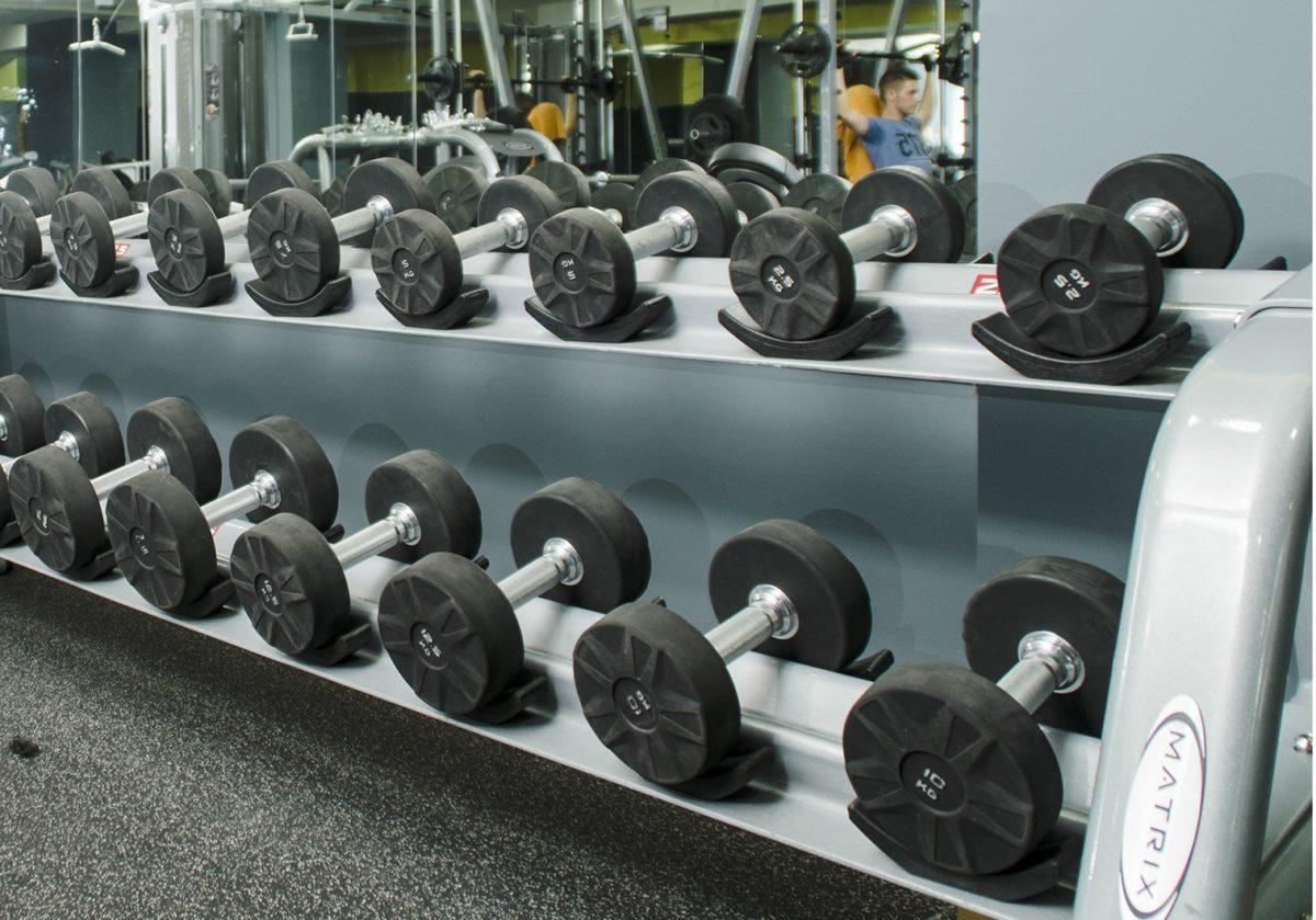 Recoger las pesas pone fuerte, aprovéchalo!