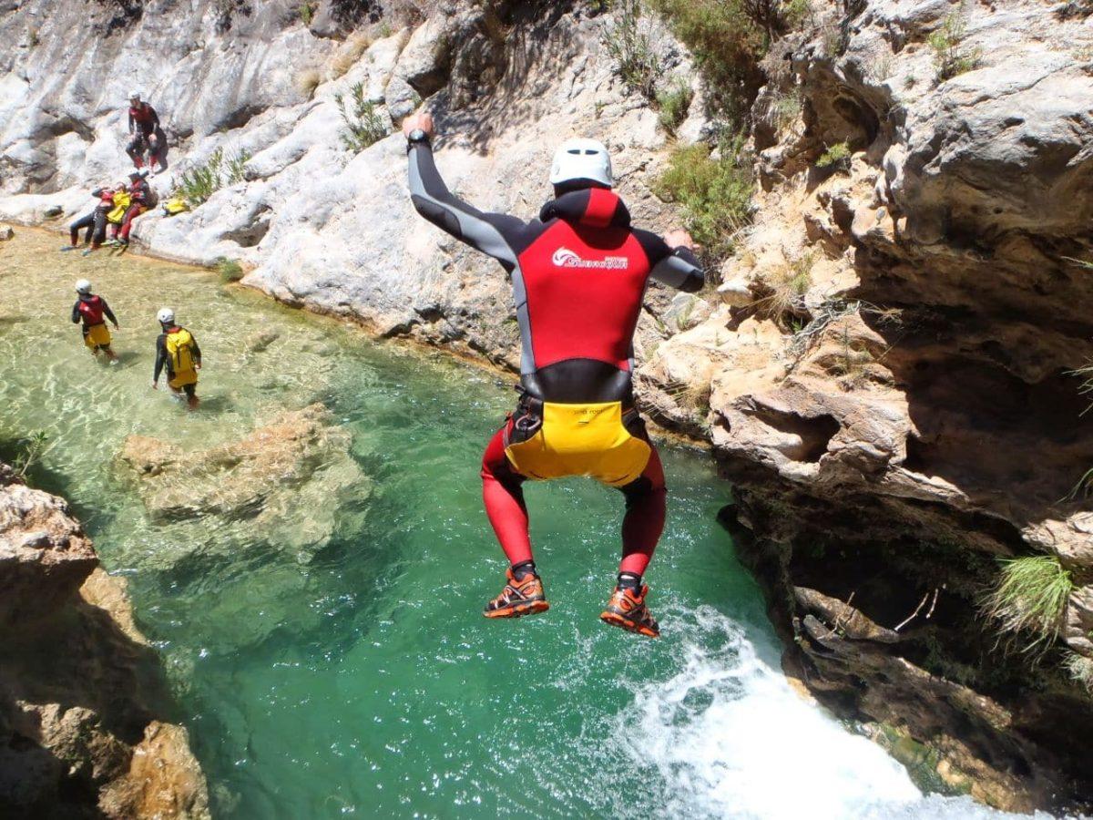 Barranquismo, deporte acuático y de aventura.