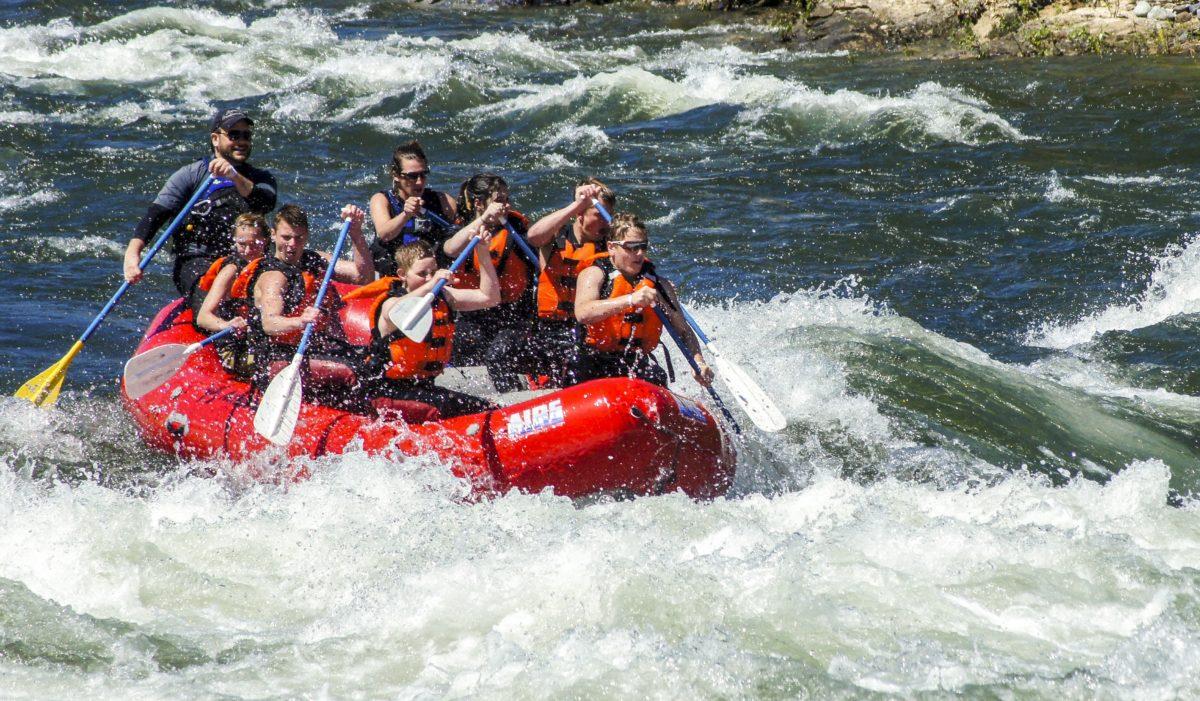 Sigue la aventura en primavera. Apúntate al descenso de ríos o rafting.