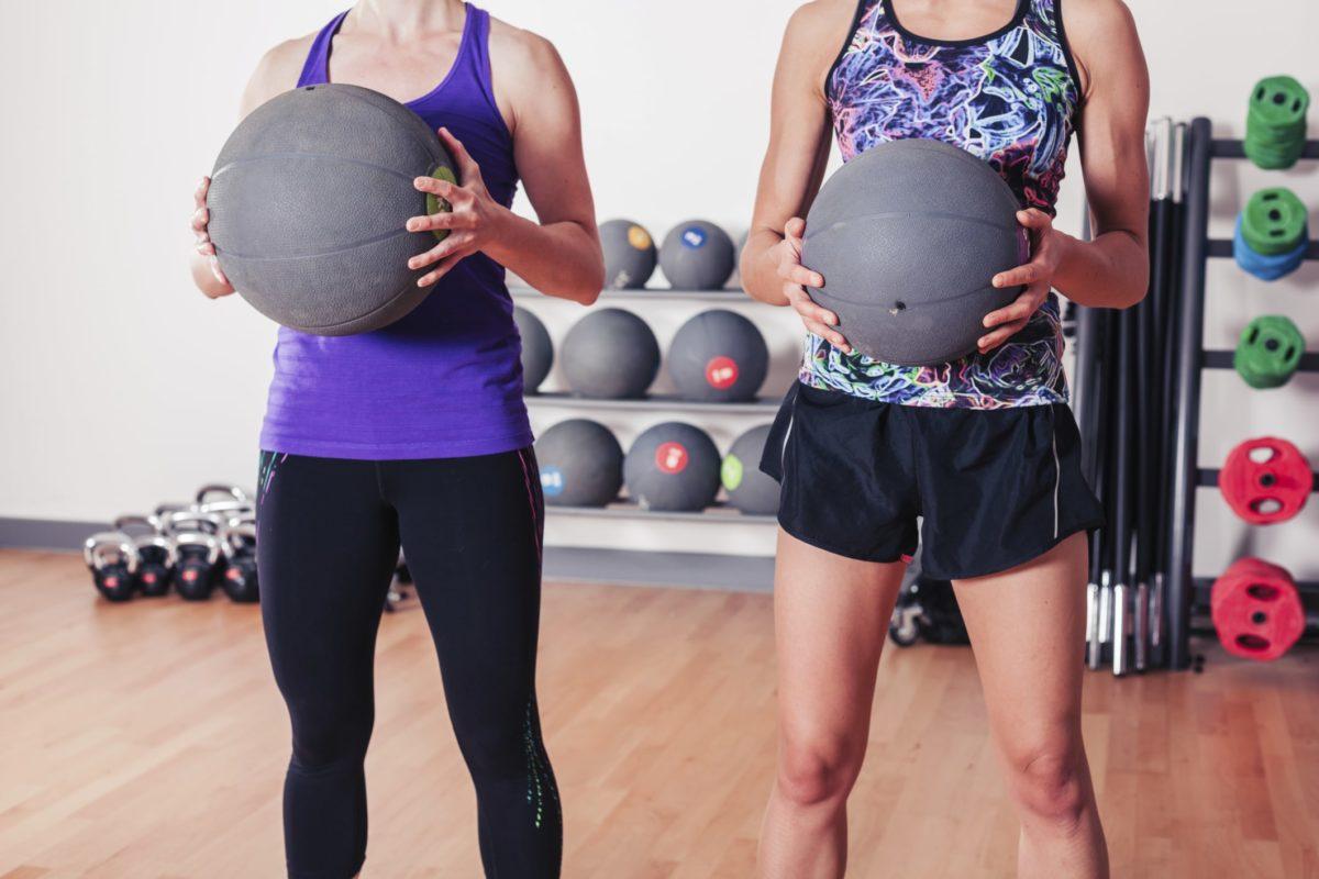 Entrena en tu gimnasio con balón medicinal.